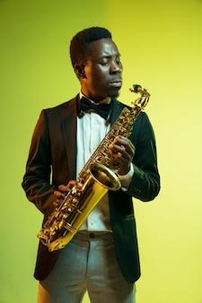 Jonge afro-amerikaanse jazzmuzikant saxofoon spelen