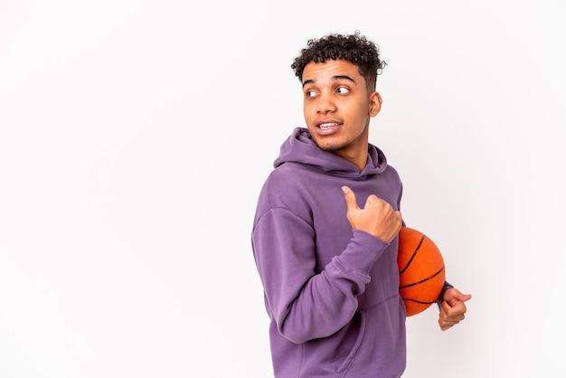 Jonge afro-amerikaanse krullende man geïsoleerd