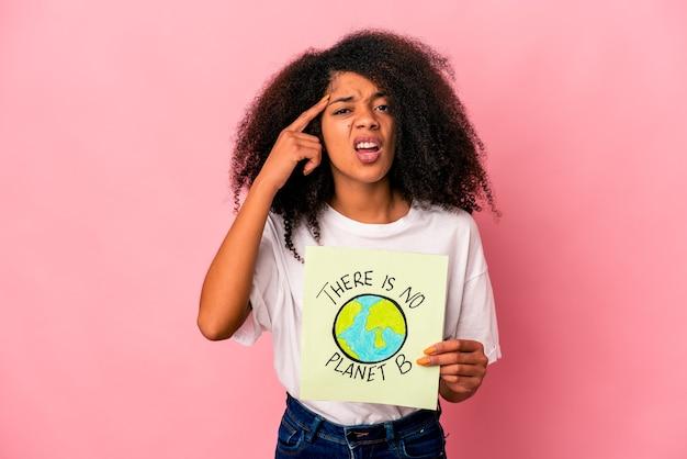 Jonge afro-amerikaanse krullende vrouw met een er is geen plakkaat met planeet b