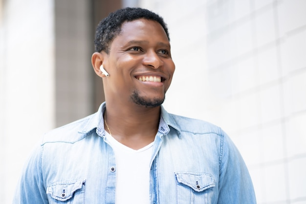 Jonge afro-amerikaanse man buiten lopen op straat