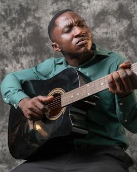 Jonge afro-amerikaanse man die internationale jazzdag viert