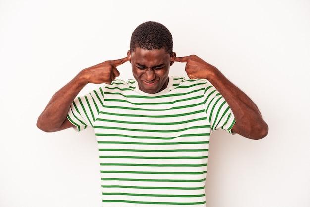 Jonge afro-amerikaanse man geïsoleerd op een witte achtergrond gericht op een taak, wijsvingers wijzend hoofd houden.
