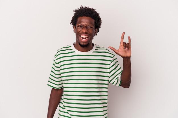 Jonge afro-amerikaanse man geïsoleerd op een witte achtergrond met een gebaar van hoorns als een concept van de revolutie.