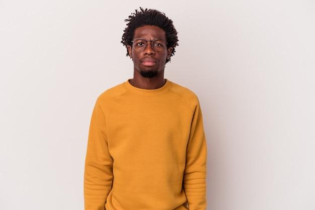 Jonge afro-amerikaanse man geïsoleerd op een witte achtergrond verdrietig, serieus gezicht, ellendig en ontevreden voelen.