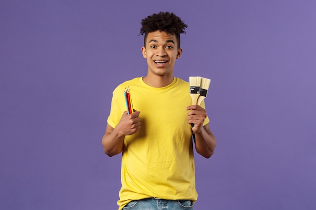 Jonge afro-amerikaanse man in geel shirt met gebaar.