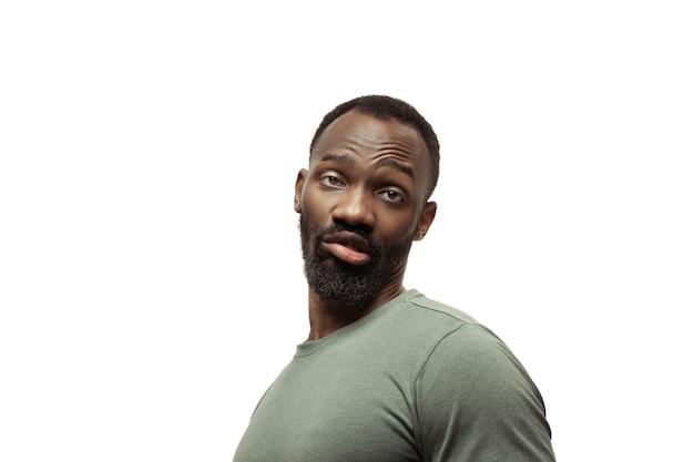 Jonge afro-amerikaanse man met grappige, ongewone populaire emoties