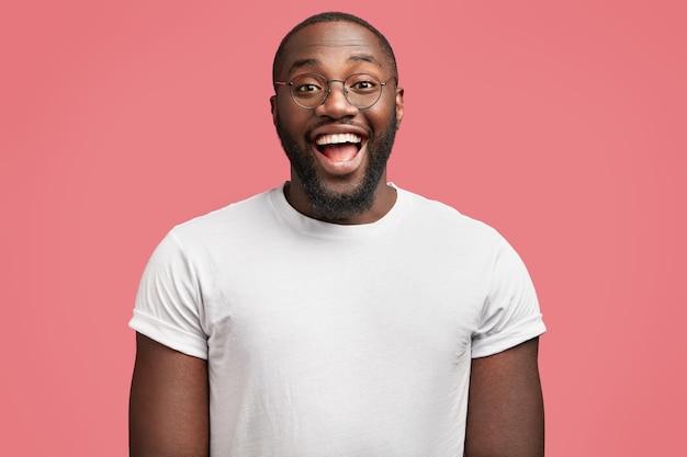Jonge afro-amerikaanse man met ronde bril