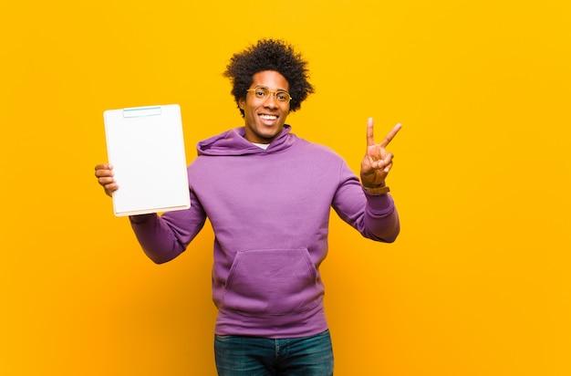 Jonge afro-amerikaanse man oranje
