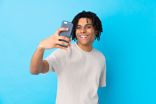 Jonge afro-amerikaanse man over muur