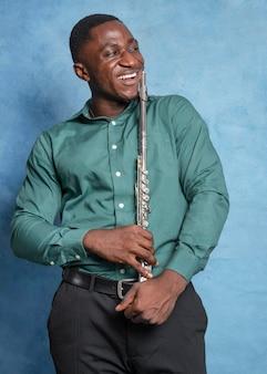Jonge afro-amerikaanse muzikant die internationale jazzdag viert