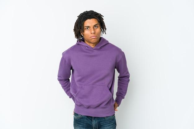 Jonge afro-amerikaanse rasta man verdrietig