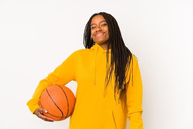 Jonge afro-amerikaanse vrouw basketbal spelen geïsoleerd dromen van het bereiken van doelen en doeleinden