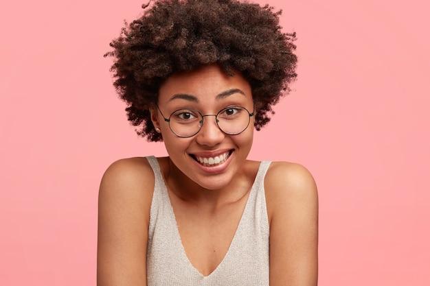 Jonge afro-amerikaanse vrouw die ronde bril draagt