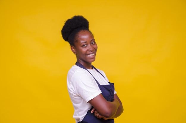 Jonge afro-amerikaanse vrouw die zich voordeed op geel