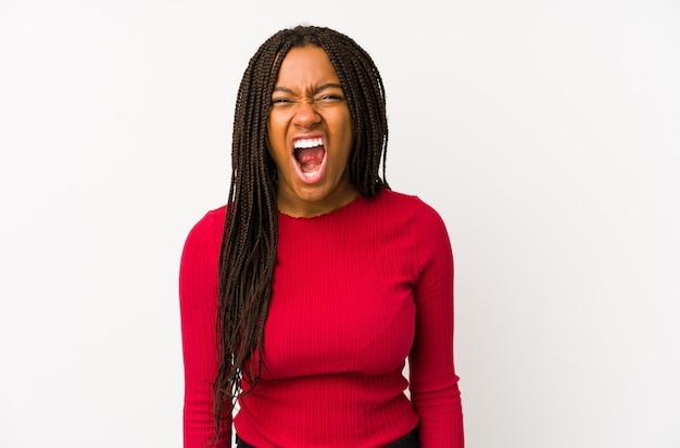 Jonge afro-amerikaanse vrouw erg boos en agressief schreeuwen.