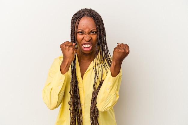 Jonge afro-amerikaanse vrouw geïsoleerd op een witte achtergrond boos schreeuwen met gespannen handen.