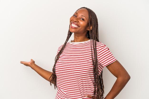 Jonge afro-amerikaanse vrouw geïsoleerd op een witte achtergrond met een welkome uitdrukking.