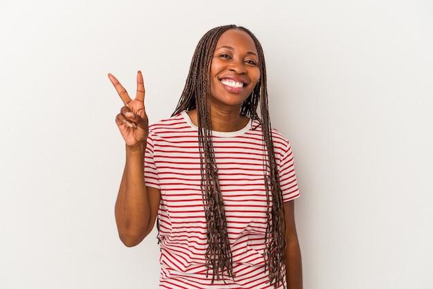 Jonge afro-amerikaanse vrouw geïsoleerd op een witte achtergrond met nummer twee met vingers.