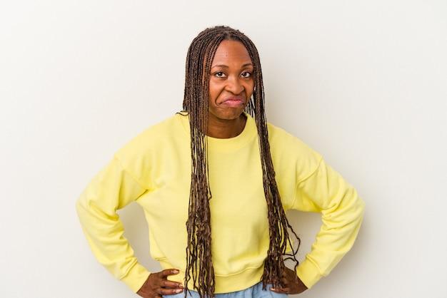 Jonge afro-amerikaanse vrouw geïsoleerd op een witte achtergrond verdrietig, serieus gezicht, ellendig en ontevreden voelen.