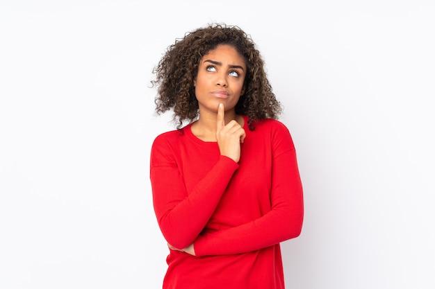 Jonge afro-amerikaanse vrouw geïsoleerd op het hebben van twijfels tijdens het opzoeken