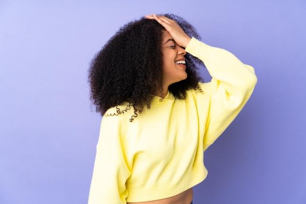 Jonge afro-amerikaanse vrouw geïsoleerd op paars heeft iets gerealiseerd en de oplossing voornemens