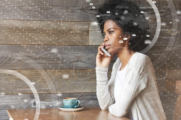Jonge afro-amerikaanse vrouw met behulp van smartphone