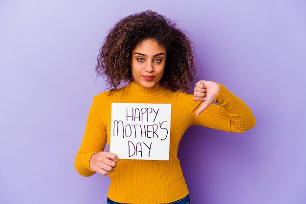 Jonge afro-amerikaanse vrouw met een happy motherã ¢ â € â ™ s dag plakkaat geïsoleerd met een afkeer gebaar, duimen naar beneden