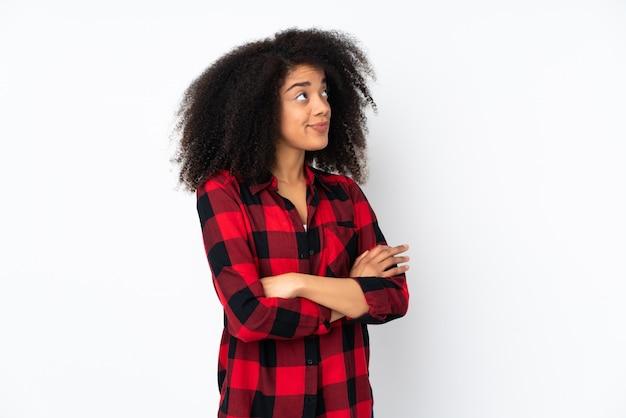 Jonge afro-amerikaanse vrouw twijfels gebaar maken terwijl het opheffen van de schouders