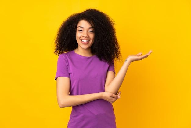 Jonge afro-amerikaanse vrouw twijfels