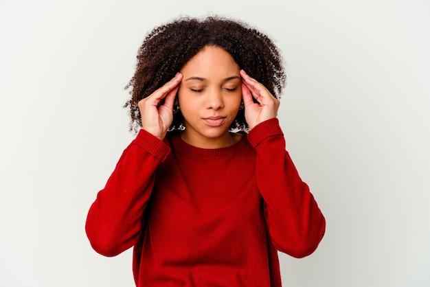 Jonge afro-amerikaanse vrouw van gemengd ras geïsoleerd tempels aanraken en hoofdpijn hebben.