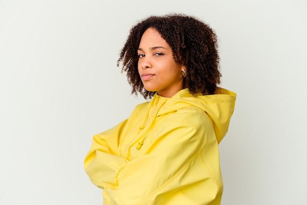 Jonge afro-amerikaanse vrouw van gemengd ras geïsoleerd verdacht, onzeker, u onderzoekend.