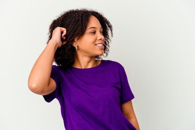 Jonge afro-amerikaanse vrouw van gemengd ras geïsoleerd viert een overwinning, passie en enthousiasme, gelukkige uitdrukking.
