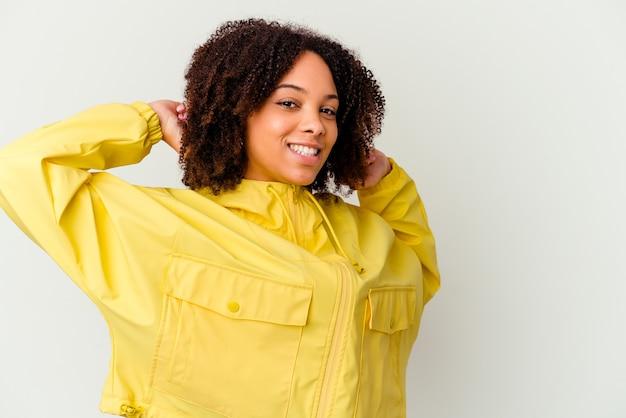 Jonge afro-amerikaanse vrouw van gemengd ras geïsoleerde armen, ontspannen positie.