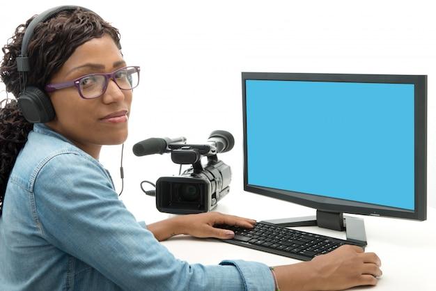 Jonge afro-amerikaanse vrouw video-editor
