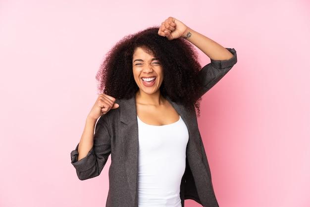 Jonge afro-amerikaanse vrouw viert een overwinning