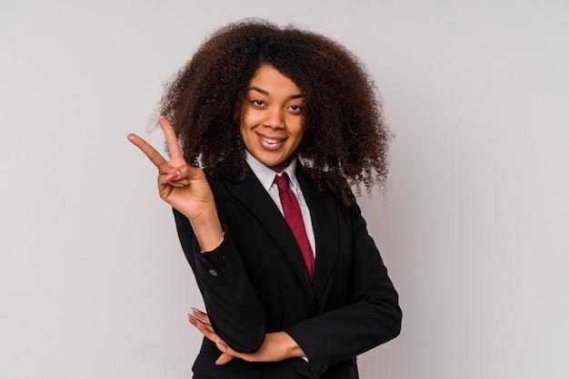 Jonge afro-amerikaanse zakenvrouw draagt een pak geïsoleerd op een witte achtergrond met nummer twee met vingers.
