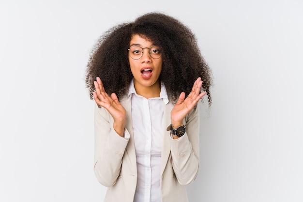 Jonge afro-amerikaanse zakenvrouw verrast en geschokt.