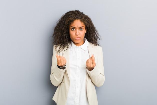 Jonge afro-amerikaanse zakenvrouw waaruit blijkt dat ze geen geld heeft.