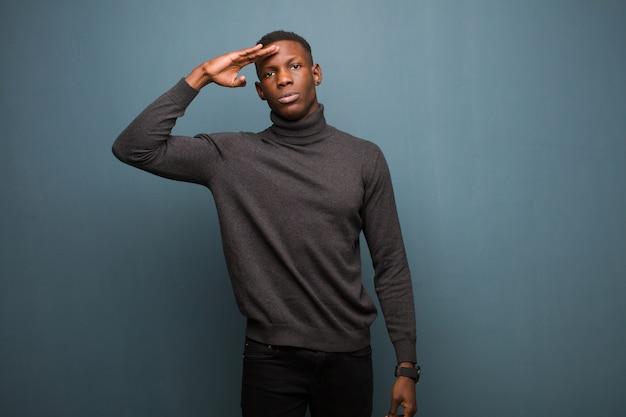 Jonge afro-amerikaanse zwarte man groet met een militaire begroeting