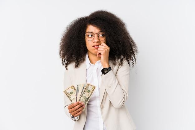 Jonge afro bedrijfsvrouw die een creditcard houdt