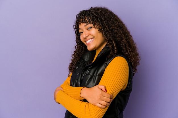 Jonge afro geïsoleerde vrouw lachen en plezier maken