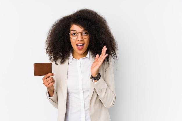 Jonge afro zakelijke vrouw met een krediet auto geïsoleerd jonge afro zakelijke vrouw met een krediet auto's verrast en geschokt.