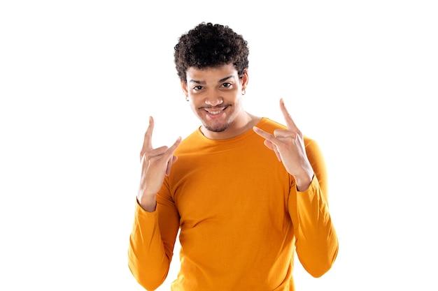 Jonge afrokerel die rotsgebaar met geïsoleerde vingers toont