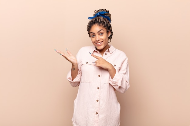 Jonge afrovrouw die vrolijk glimlacht en geïsoleerd richt