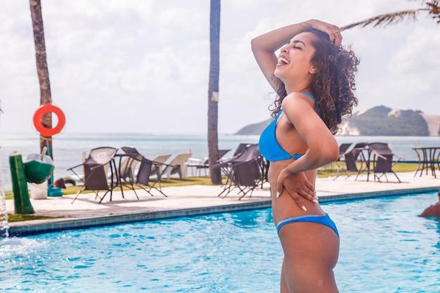 Jonge afrovrouw in bikini op vakantie bij het hotel.