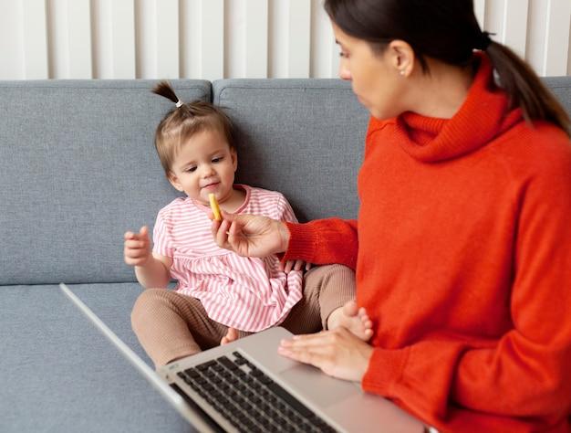 Jonge alleenstaande moeder die tijd doorbrengt met haar dochter