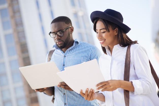 Jonge ambitieuze slimme mensen ontmoeten elkaar buiten om de details van hun startup te bespreken en tegelijkertijd te genieten van de warme dag