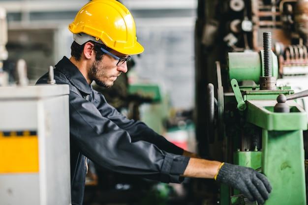 Jonge amerikaanse arbeiders zijn van plan in een zware industriële fabriek te gaan werken.