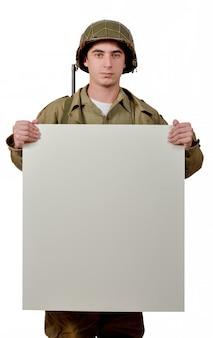 Jonge amerikaanse soldaat vertoont een bord