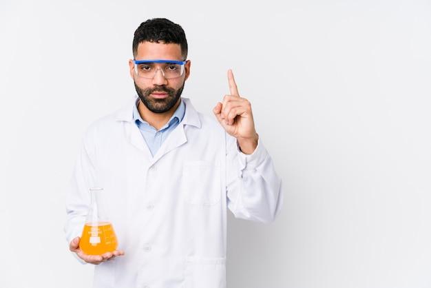 Jonge arabische chemische geïsoleerde mens die nummer één met vinger toont.